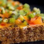 Torta de Iogurte com Frutas e Calda de Maracujá