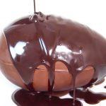 Ovo Mágico com Calda de Chocolate Quente